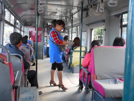 L'achat du ticket de bus à Oulan-Bator. Le 28 juillet 2012.